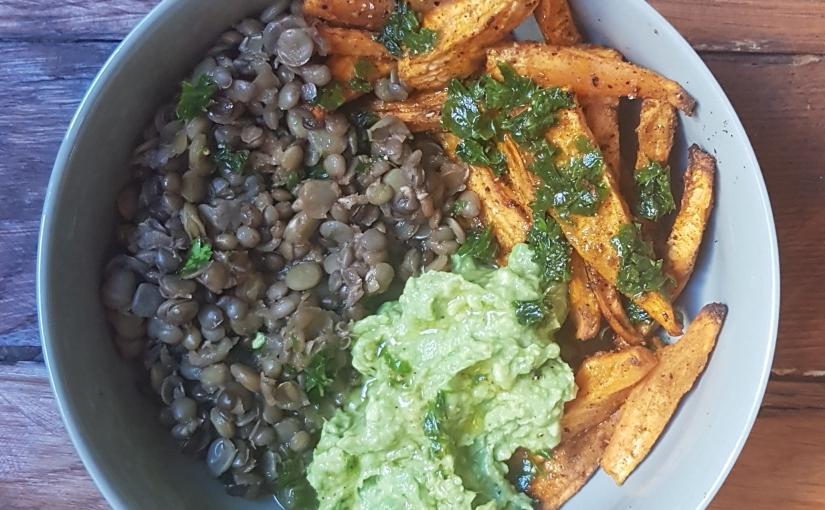Bol salé gourmand : lentilles, patates douces et puréed'avocat